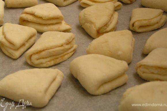 Кладем на противень бумагу для выпечки и выкладываем печенье. Выпекаем в разогретой до 200°C духовке минут 20–30.