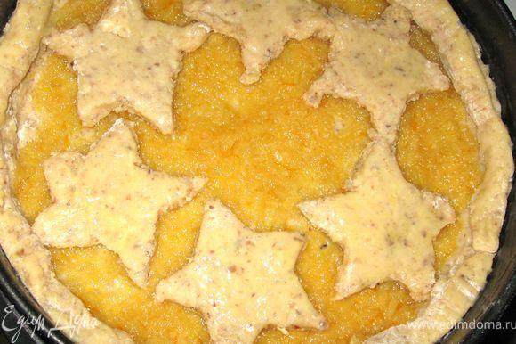Конфитюр намазать на тесто, а сверху выложить звезды. Желток взбить со сливками и смазать им звезды.