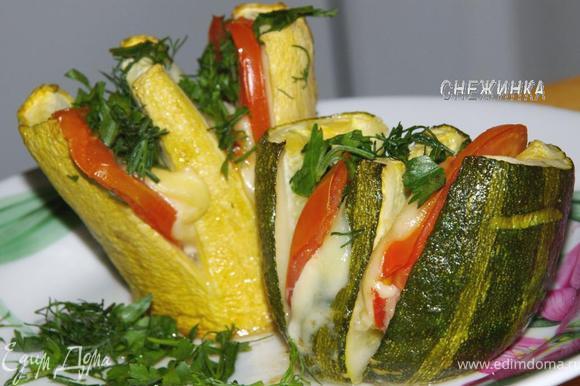 Достаем из духовки, перекладываем кабачки на блюдо и посыпаем зеленью. Приятного аппетита!