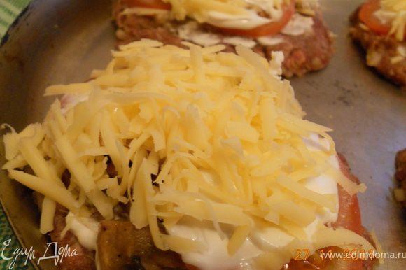 и наконец, сверху посыпать тертым сыром, у меня получилось 4 эскалопчика. выпекать эскалопы в духовке минут 30-40 при 200 гр, до готовности мяса и до румяной корочки сыра!
