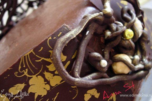 Места соединений лент украшаем нашими фигурками, которые прикрепляем с помощью растопленного шоколада.