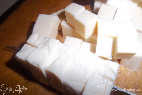 Плавленый сыр порезать кубиком.