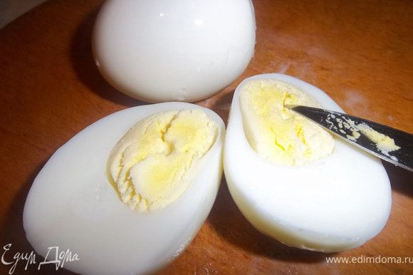 Сваренные вкрутую яйца нарезать дольками.