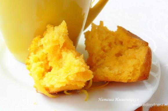 Для глазури растереть сахарную пудру с лимонным соком. Остывшие кексы покрыть глазурью.