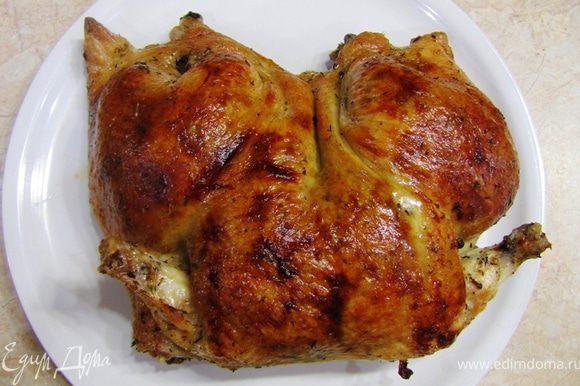 """Для жарки я рекомендую керамическую посуду, но в принципе можно любую. Не забывайте только, что из курицы вытопится жир. Положите в противень (у меня керамическое блюдо) курицу кожей вверх. Разогрейте духовку до 230 градусов и запекайте курицу 10 минут. Убавьте температуру до 190 градусов и запекайте еще 40-50 минут, в зависимости от размера. Поливайте курицу вытопившимся жиром каждые 20 минут. Если вам кажется, что курица сильно обжаривается сверху - накройте ее фольгой и убавьте температуру до 180 градусов. После запекания, когда курица будет иметь замечательную хрустящую корочку, переложите ее на блюдо и дайте постоять несколько минут, чтобы все соки смешались и мясо """"расслабилось"""". Вкус получается бесподобный Грудка получается сочной и великолепно сочетается с начинкой. Ее можно есть как отдельное блюдо."""