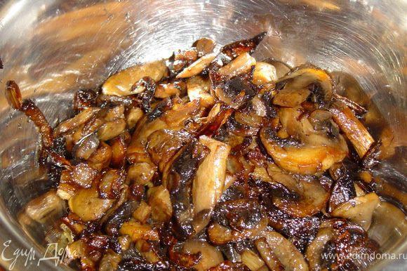 Грибы нарезаем пластинками, лук полукольцами, и также, обжариваем на растительном масле.