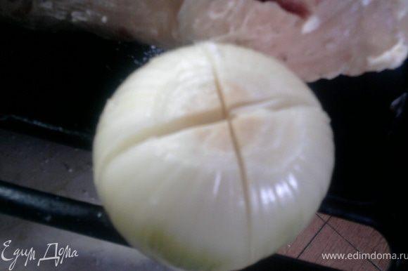 Внутрь индейки вложить надрезанную целую луковицу (надо было бы порезанную, но я как представила, как ее оттуда потом выбирать...)