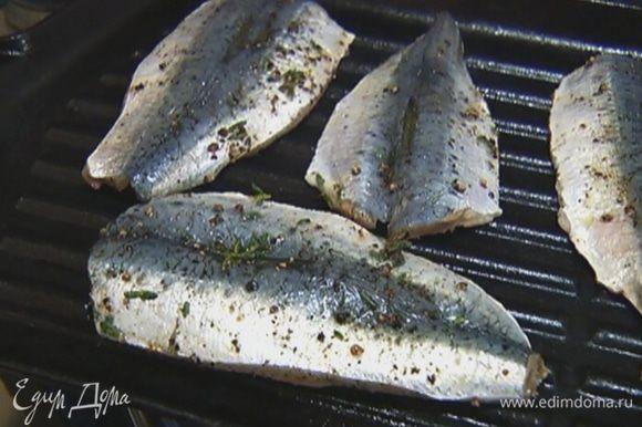 Сардины смазать со всех сторон пряно-оливковой заправкой и выложить в сковороду. Обжаривать буквально по 1 минуте с каждой стороны.