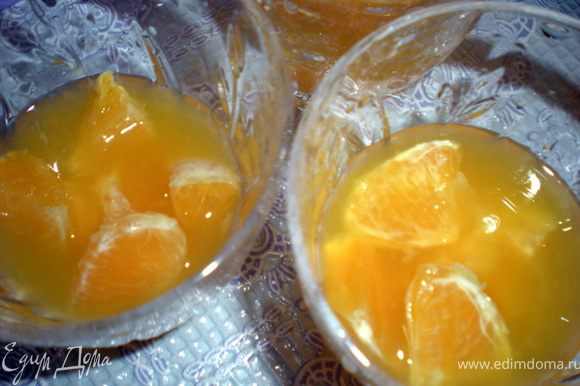 Апельсиновые дольки разложить по креманкам и залить соком.Поставить в холодильник до полного застывания.