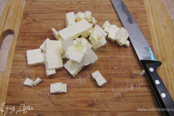 Добавьте сахарную пудру (в принципе можно сахарный песок). Заморозьте масло в морозилке. Достаньте масло и порежьте его кубиками.
