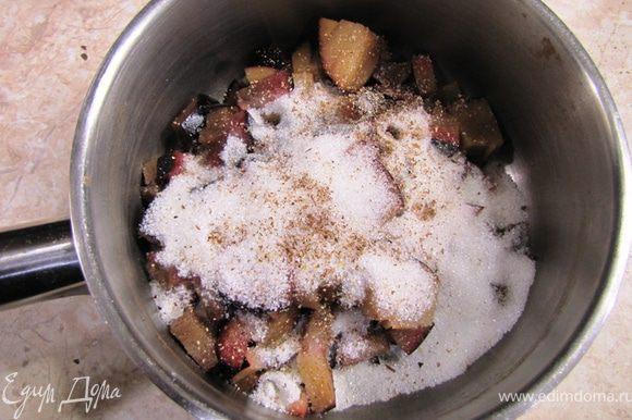 Положите сливы в сотейник вместе с ванильным сахаром и пряностями.