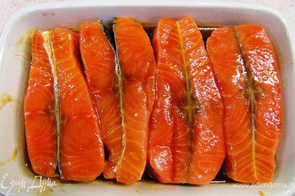 Полейте маринадом рыбу и несколько раз ее переверните, чтобы маринад попал со всех сторон. Маринуйте рыбу в течение полу часа, периодически переворачивая. Большая часть маринада впитается в рыбу.