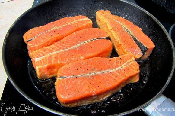 Разогрейте сковороду и плесните туда немного растительного масла (не больше столовой ложки). Вытащите рыбу из маринада (маринад оставьте), обсушите ее, посыпьте немного солью и перцем (учтите, что соевый соус был уже соленый и соли надо использовать меньше). Положите рыбу в сильно разогретую сковороду. Сразу убавьте огонь до среднего. Жарьте рыбу три минуты на одной стороне.