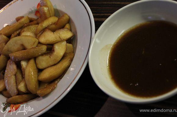 Переложите яблоки в миску, а сок слейте в небольшую тарелку - он нам нужен для пропитки бисквитных коржей.