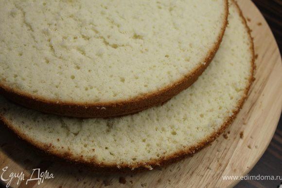 СБОРКА ТОРТА. Бисквит разрежьте на два коржа и пропитайте каждый сиропом после карамелизации яблок.