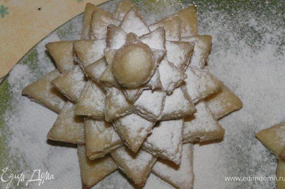 Сборка. Для одного торта все звезды укладывать одну на другую, немного смещая вокруг оси, пока не закончатся. Если хотите сделать индивидуальные тортики-елочки для каждого члена семьи, как у меня, то собирайте сразу несколько елочек. По желанию присыпать сахарной пудрой. Приятных Вам праздников! :))