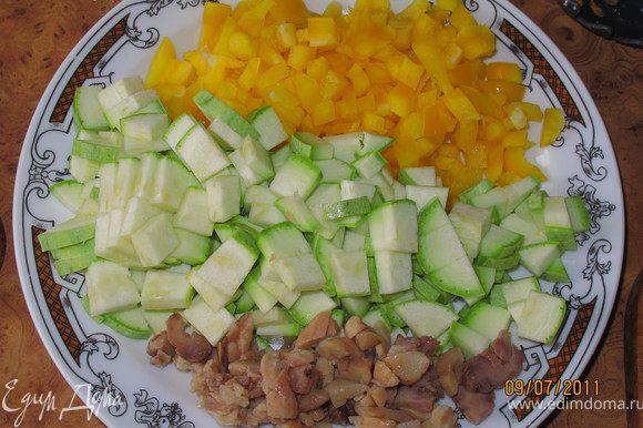 Нарезаем кабачок и перец мелкими кубиками. Нарезаем мелко каштаны. Из нашего очищенного лимона выдавливаем сок.