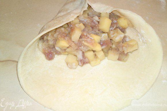 В готовый фарш перемалываем луковицы, затем небольшими кубиками режем картофель, добавляем в фарш, солим и перчим по вкусу.