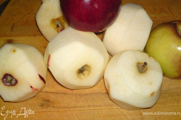 Яблоки очистить от кожуры и от сердцевины, порезать дольками.
