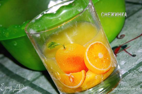 В стакан вбиваем яйцо. Доливаем в него воды, чтобы получилось 2/3 стакана жидкости. Взбиваем слегка ложкой, чтобы яйцо смешалось с водой, и вливаем в муку.