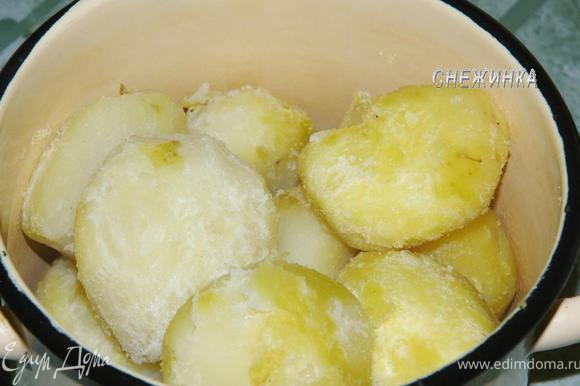 Готовый картофель слегка остужаем. Очищаем.