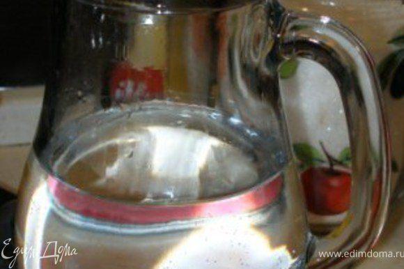 В графин налить воду.