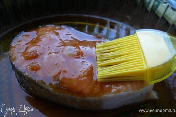 Запекать в духовке 20 мин. За это время 2-3 раза поливать семгу глазурью, которая постепенно будет густеть.