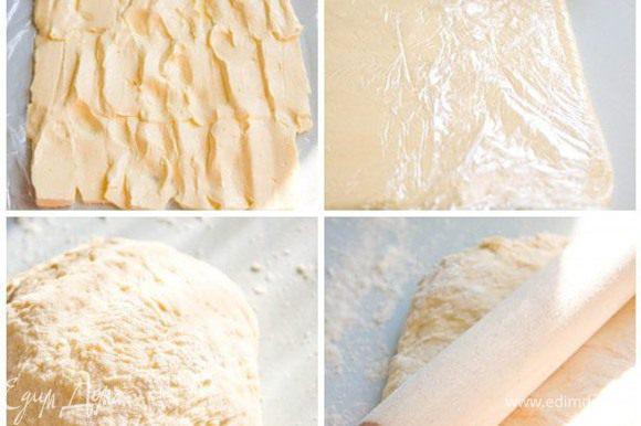 Сливочное масло 300 г Пока тесто подходит, достаньте из холодильника 300 гр сливочного масла и порежьте его. Расстелите на рабочей поверхности пленку и выкладывайте на нее пластинки масла. Долго не раздумывайте, масло должно оставаться холодным! Теперь задача такая: раскатать масло скалкой в пласт толщиной в 1 см (примерно). Как только с этим покончено - уберите масляный пласт в морозилку минут на 20 (если помните, то он завернут в пленку). Посмотрите, тесто уже подошло. Значит, скалку далеко откладывать не следует. Снова раскатывать, но теперь уже тесто. В пласт, который должен быть в два раза больше масляного.