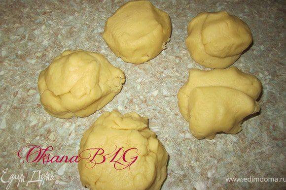 Приготовить тесто. В муку добавить мягкий маргарин, перетереть. Добавить сметану желтки, пудру, разрыхлитель. Замесить мягкое тесто. Тесто разделить на 4-5 кусочков.