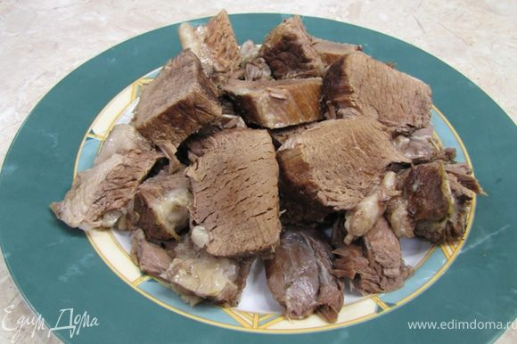 Срежьте мясо с костей и нарежьте его кусками по два сантиметра (если хотите, можете нарезать соломкой, но в этом случае класть мясо обратно надо практически в конце приготовления борща).
