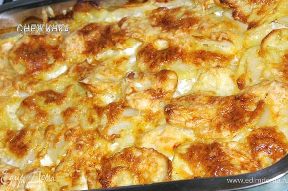 Ставим картофель запекаться в хорошо разогретую духовку на 1 час 15 минут до ровной румяной корочки.