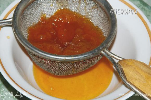 Для того, чтобы приготовить пропитку нам понадобятся половинки абрикосов из варенья. Поэтому нам необходимо их выловить из варенья и положить в дуршлачок, который закрепляем над миской, чтобы дать возможность стечь сиропу.