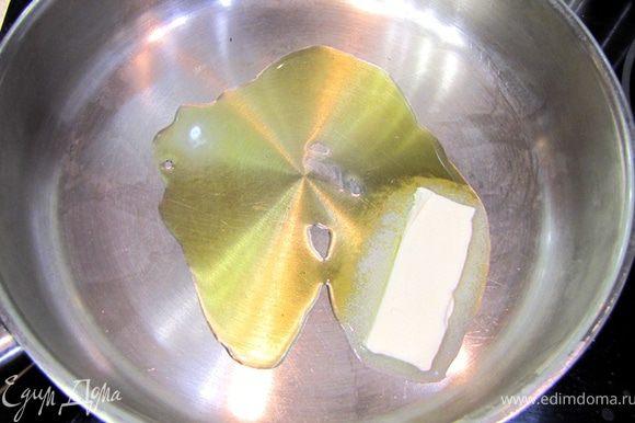Разогреваем в сковороде на среднем огне растительное масло. Добавляем для вкуса сливочное масло.