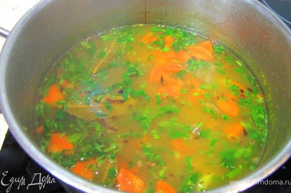 Смотрим на упаковке пасты сколько времени надо варить пасту. В соответствии с этим закладываем пасту в бульон. В это же время положите тимьян, чтобы он успел размягчиться и отдал бы свои запах и вкус в бульон. Дайте постоять супу минут 15-20. Расчитайте время когда надо будет класть морковь и картофель, если морковь будет вариться 7-10 минут, а картофель 5-7 минут. У меня на упаковке было написано 12 минут, т.е. через две минуты после закладывания пасты я положил морковь и еще через три минуты -картофель. Когда паста будет уже готова, переложите в кастрюлю обжаренный лук. Перемешайте. Посолите. Положите куркуму для цвета и дополнительного аромата. Положите три лавровых листа. Поперчите. Через одну минуту выключите огонь и положите рубленную петрушку.