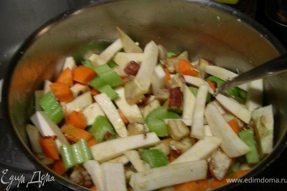 B кастрюле разогреваем масло и обжариваем наши овощи минут 5-7.