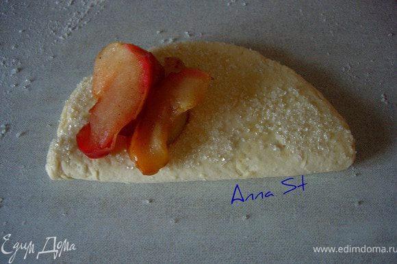 Одну сторону каждой лепешки обмакиваем в сахар и складываем пополам (сахарной стороной внутрь), еще раз обмакиваем в сахар и выкладываем начинку (такая технология была уже в рецепте Катюши)