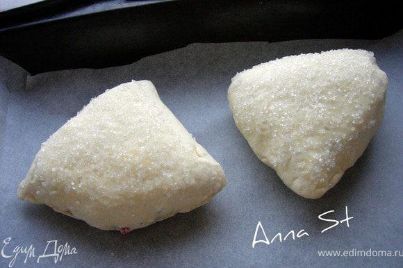 """Складываем пополам, чтобы получился треугольный """"конвертик"""", защипываем края. Верхнюю часть опять обмакиваем в сахар и выкладываем на противень, застеленный пергаментом."""