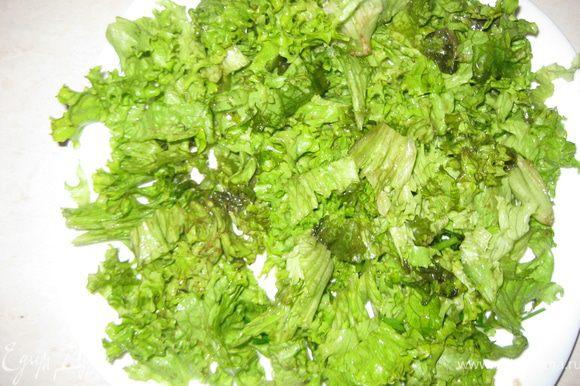 Крупными кусками рвем листовой салат. Выкладываем на блюдо.