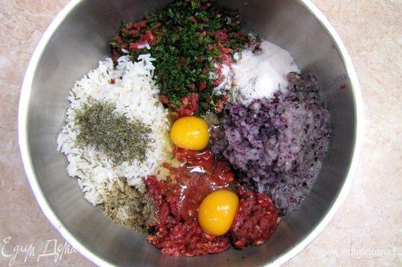 Перемелите мясо в мясорубке. Зелень перемелите между кусками мяса, чтобы части зелени не остались в мясорубке. Туда же добавьте репчатый лук. Добавьте рис, два яйца, соль, перец, тимьян. Смешайте фарш.