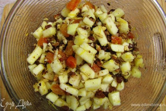 Отожмите сухофрукты. Курагу порежьте на четыре части. Смешайте с яблоками курагу, изюм, грецкие орехи, цедру лимона и сахар. Потрите на мелкой терке мускатный орех (можно корицу). Влейте коньяк. Хорошо перемешайте и оставьте на 10 минут для смешивания соков.