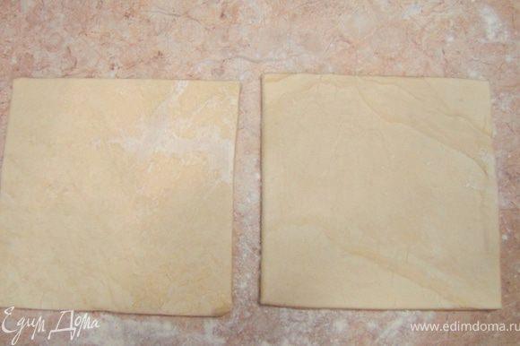Раскатайте пласты теста до размеров 40х40 сантиметров, не забывая посыпать мукой.