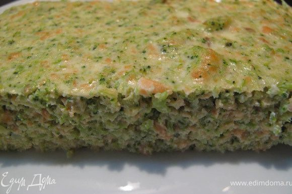Отварите в подсоленной воде свежую брокколи пару минут. Прокрутите в мясорубке или в блендере рыбу (я брала 1 стейк форели) и брокколи. Взбейте 2-3 яйца со сливками и добавьте специи: соль, перец, мускатный орех. Добавьте зелень. Всё перемешайте. Вылейте смесь в смазанную маслом форму и запекайте 30 минут при 180С. Приятного аппетита! P.S. Свежая брокколи в этом рецепте мне понравилась намного больше, чем замороженная.