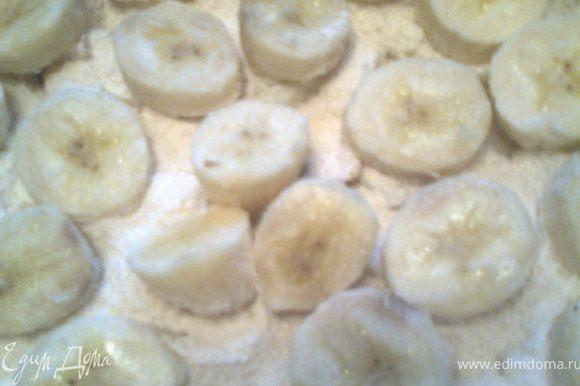 Выкладываем кружочки бананов.