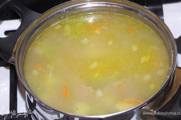 Картофель нарезать кубиками и отварить до готовности в литре(примерно) воды.Добавить к картофелю пассированые овощи.