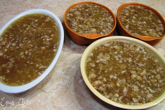 Перелейте холодец в плоские блюда, пластиковые контейнеры и поставьте в холод.