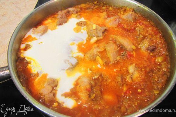 Посолите блюдо. Доведите до кипения. Положите йогурт и гарам масала в сковороду.