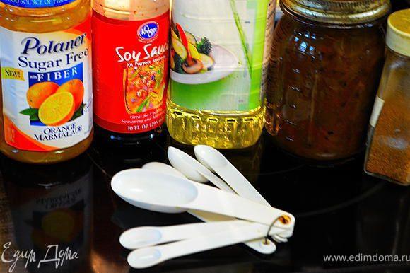 Перемешать повидло с соевым соусом, соусом чили ,раст.маслом и каенским перцем.За 20мин.до готовности начать часто смазывать свинину маринадом.