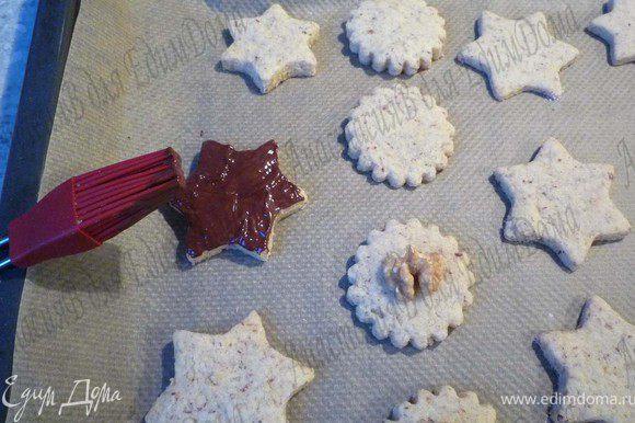 На паровой бане растопить шоколад и при помощи кисти нанести на печенье.