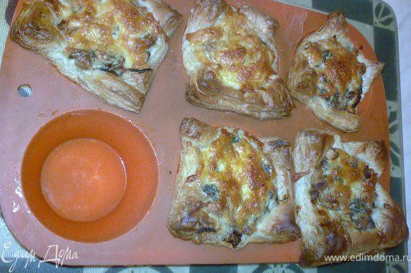 Посыпать немного сверху тертым сыром и выпечь при 180-200 градусах до готовности.
