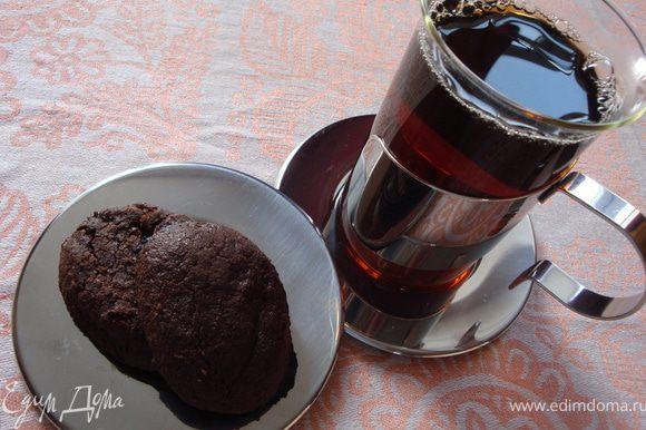 И еще один секрет. Тесто для этого печенья можно приготовить заранее и держать в морозилке до 1 месяца. На случай неожиданных гостей. Вот они удивятся, когда вы нальете им чашку чая или кофе и подадите теплое печенье!